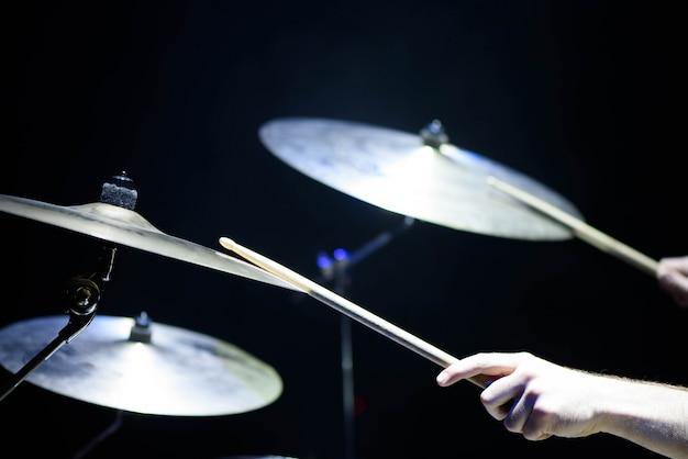 Der schlagzeuger in aktion. ein foto nahaufnahme prozess auf einem musikinstrument spielen Premium Fotos