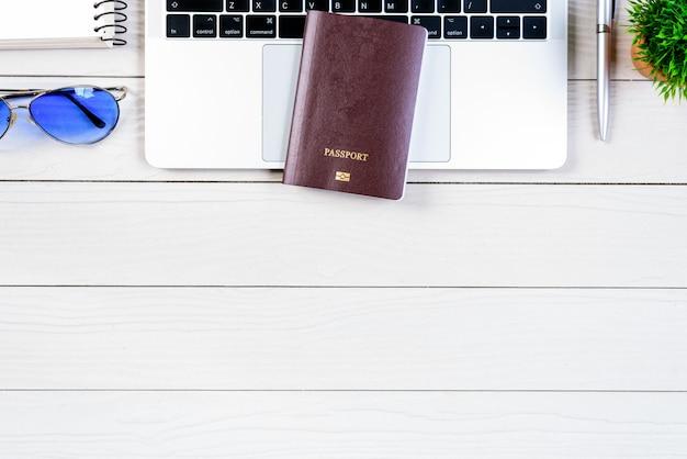 Der schreibtisch des arbeitnehmers und angestellten träumt von einer reise und bereitet sich auf die reise vor Premium Fotos