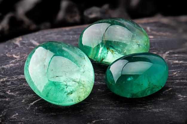 Der smaragdgrüne edelsteinschmuck. Premium Fotos