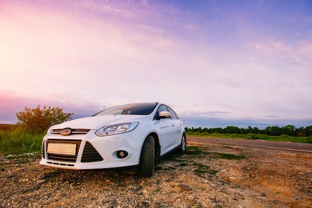 Der sportwagen weiß in der natur. Premium Fotos