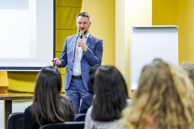 Der sprecher hält die rede auf der konferenz Premium Fotos