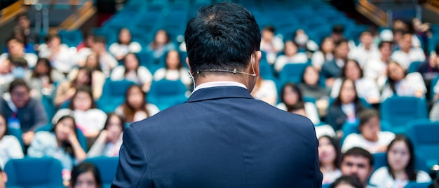 Der sprecher spricht über business-konferenz. Premium Fotos