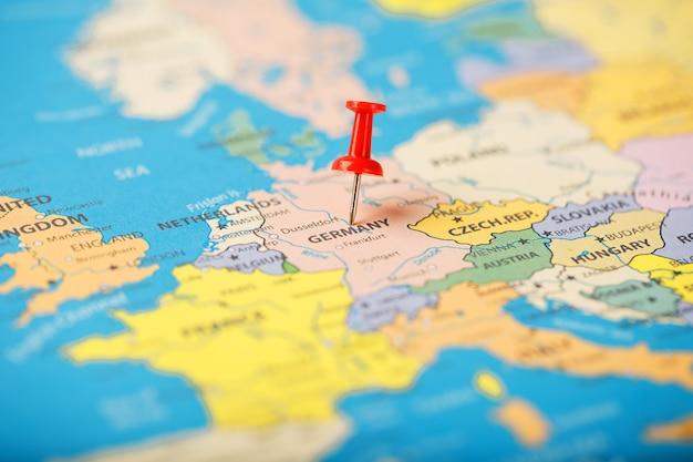 Der standort des ziels auf der deutschlandkarte wird durch einen roten reißzwecke angezeigt Premium Fotos
