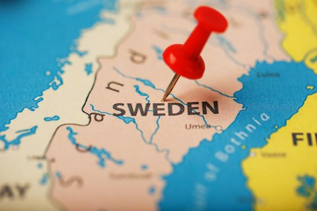 Der standort des ziels auf der karte schweden wird durch eine rote reißzwecke angezeigt Premium Fotos