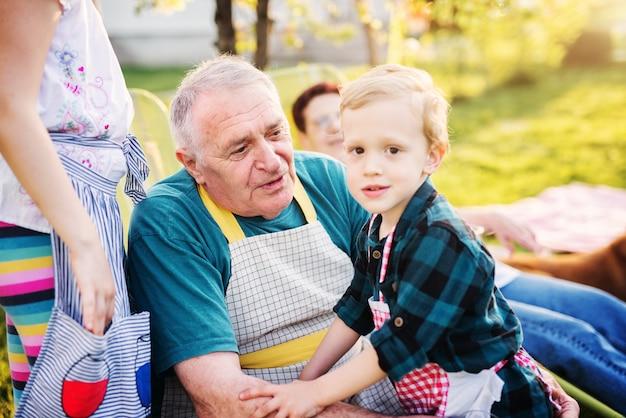 Der stolze großvater und sein enkel genießen an einem sonnigen tag ein picknick. Premium Fotos