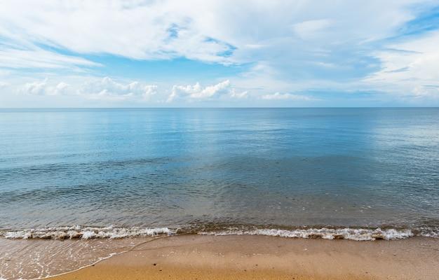 Der strand am schönen blauen himmel und wolken Premium Fotos
