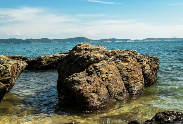 Der strand im schönen blauen himmel Premium Fotos