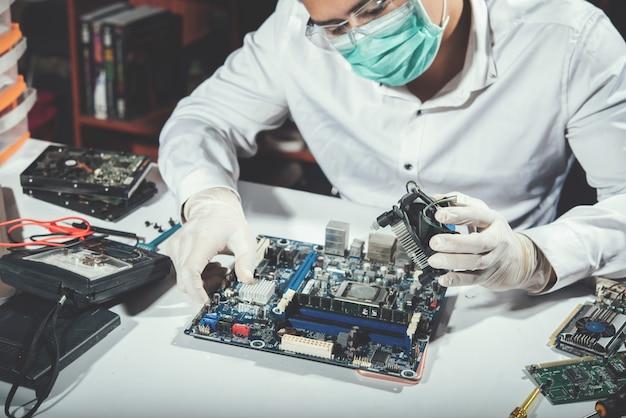 Der techniker repariert computer, computerhardware, reparatur, aufrüstung und technologie Kostenlose Fotos