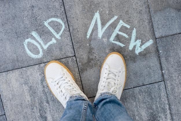Der text auf dem asphalt alt - neu, eine wahl Premium Fotos