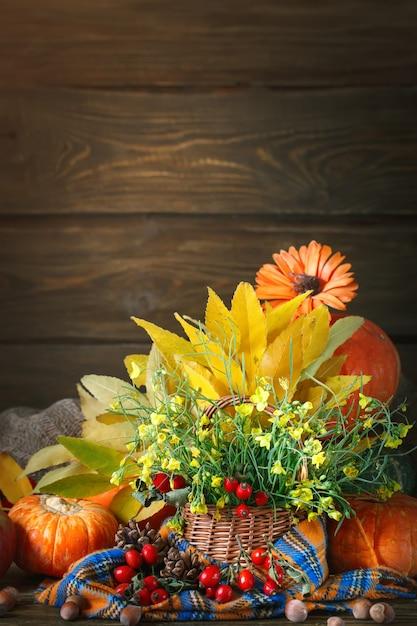 Der tisch mit blumen und gemüse dekoriert. glücklicher erntedankfest. herbst hintergrund. Premium Fotos
