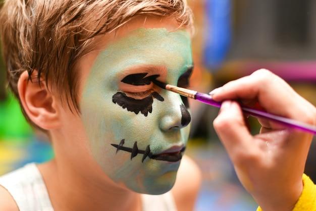 Der trickzeichner malt das gesicht des kindes Premium Fotos