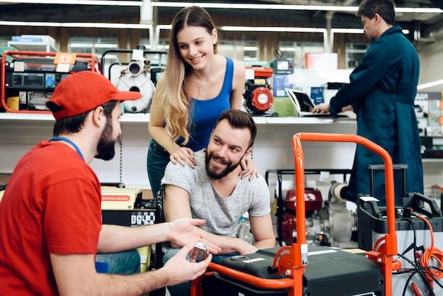 Der verkäufer erklärt über die eigenschaften des neuen generators. Premium Fotos