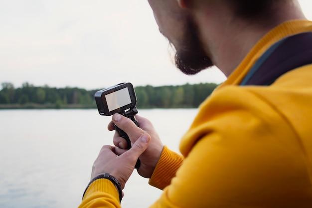 Der videograf dreht ein video über die natur in einem wald Premium Fotos