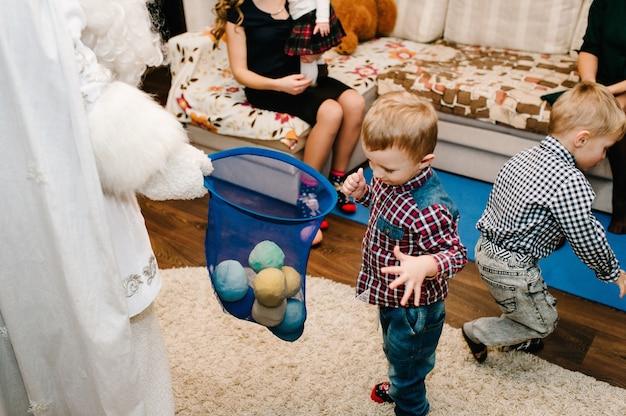 Der weihnachtsmann brachte kindern geschenke. freudige kinder, die mit geschenken spielen. neujahrskonzept. fröhliche weihnachten. feiertags-, weihnachtsfamilien-, kindheits- und personenkonzept. Premium Fotos