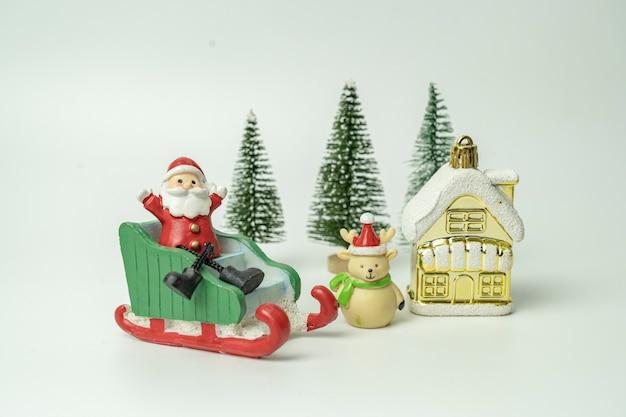 Der weihnachtsmann saß auf einem schlitten, und geschenke fielen alle auf das fest des glücks Premium Fotos