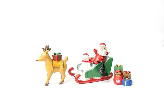 Der weihnachtsmann und der bär saßen auf einem schlitten und warteten mit geschenken auf das fest des glücks Premium Fotos