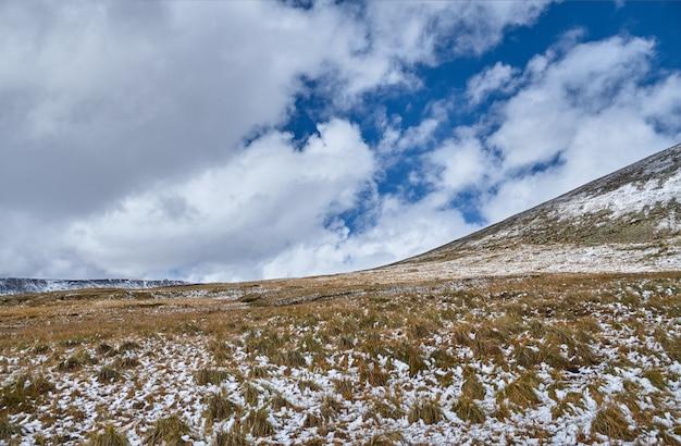Der winter ist gekommen in die sibirische steppe, schneebedeckte berggipfel Premium Fotos