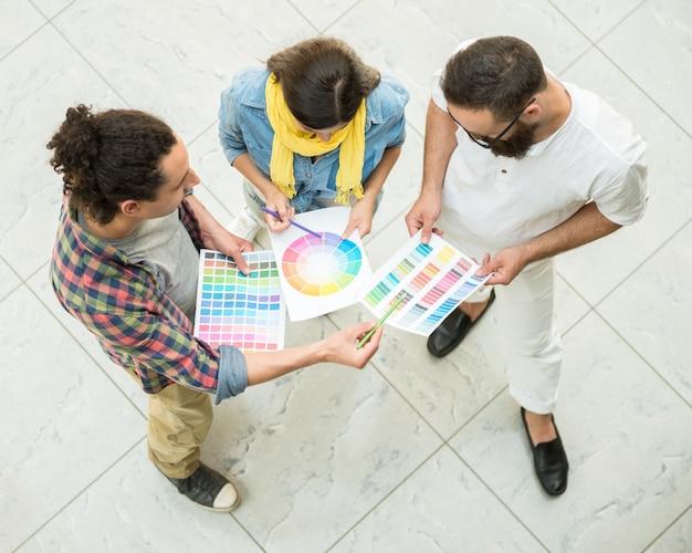 Designer arbeiten mit farbmustern zur auswahl. Premium Fotos