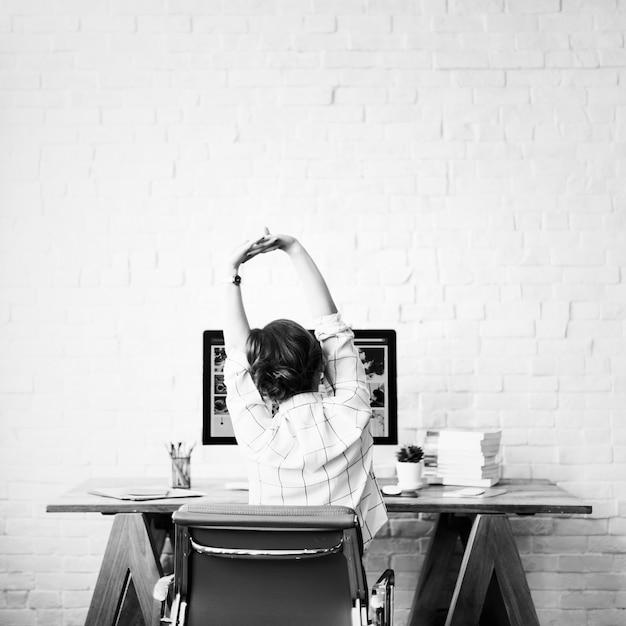 Designer arbeitet von zu hause aus Kostenlose Fotos