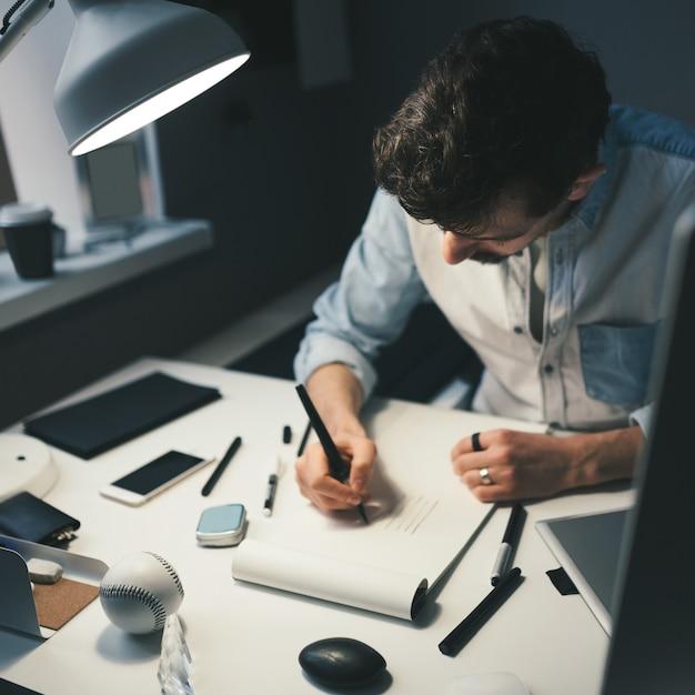 Designer bei der arbeit im büro Kostenlose Fotos