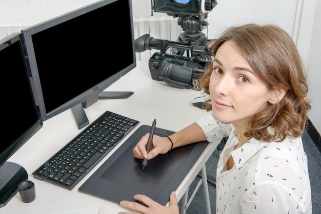 Designer der jungen frau, der grafiktablette verwendet Premium Fotos
