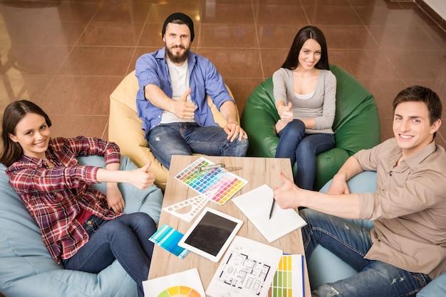 Designer sitzen am tisch Premium Fotos