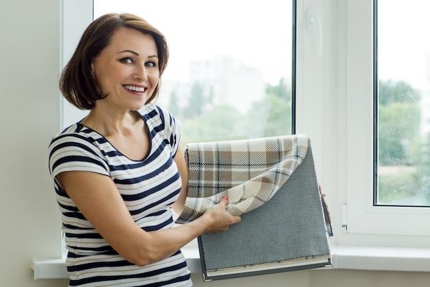 Designer zeigt die kundenmuster von stoffen Premium Fotos