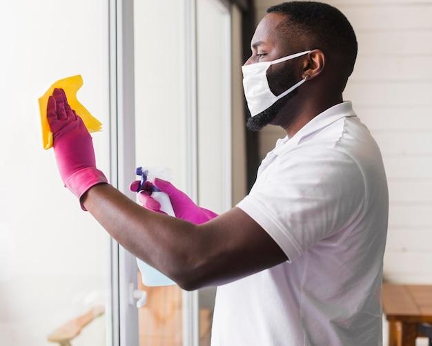 Desinfektionsfenster für erwachsene männliche seitenansicht Kostenlose Fotos