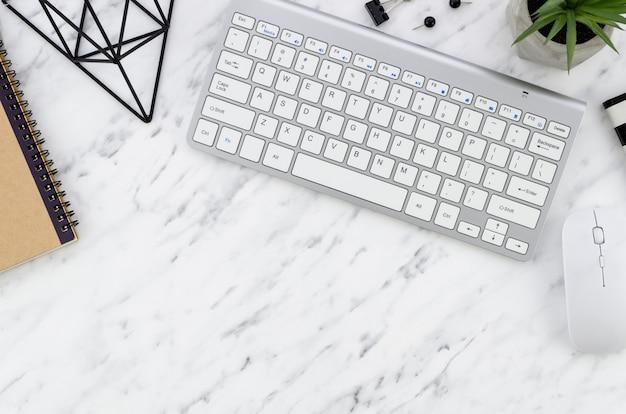 Desktop mit computer Kostenlose Fotos