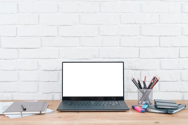 Desktop mit laptop- und büroelementen Kostenlose Fotos