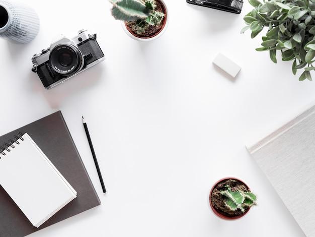 Desktop mit notebook und fotokamera Kostenlose Fotos