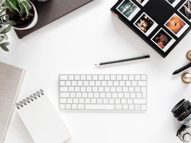 Desktop mit notebook und tastatur Kostenlose Fotos