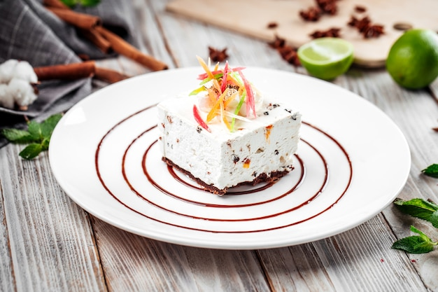 Dessert kandierte frucht käsekuchen dekoriert teller Premium Fotos