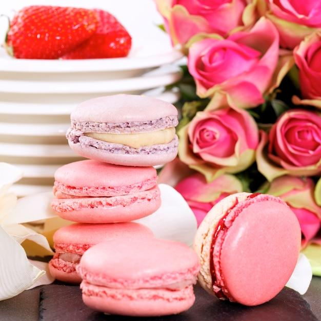 Dessert zum valentinstag mit makronen, kaffee und erdbeeren Kostenlose Fotos