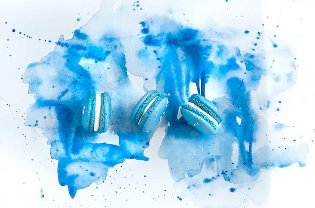 Dessertmakrone auf blauem aquarell, stilvolles kreatives. Kostenlose Fotos