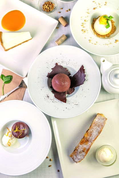 Desserts auf weißem hintergrund. draufsicht, flach liegen Premium Fotos