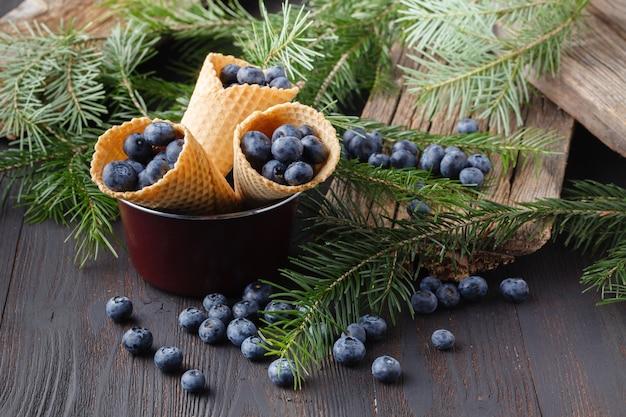 Desserts mit frischen blaubeeren auf holztisch Premium Fotos