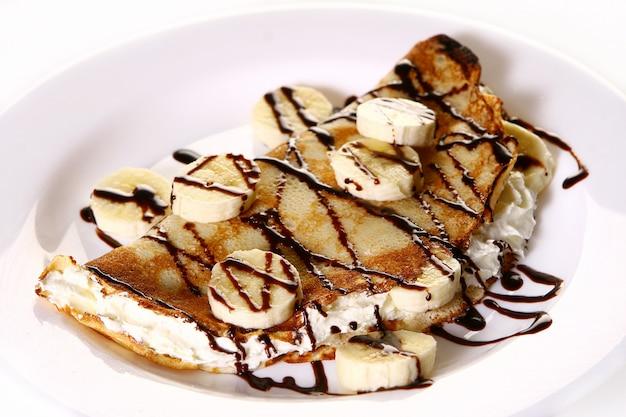 Dessertteller mit pfannkuchen und banane Kostenlose Fotos