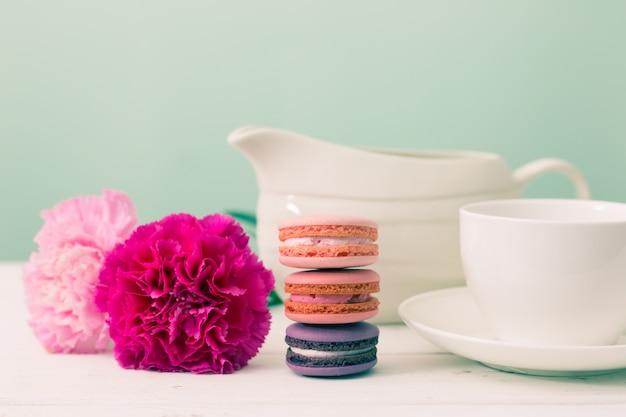 Dessertzeit. makrone, blume und tasse. retro-effekt-stil. Premium Fotos
