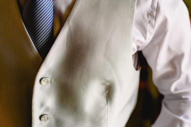 Detail der klage eines mannes kleidete elegant in der blauen jacke an. Premium Fotos