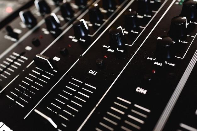 Detail der schieberegler eines audiomischers für dj Premium Fotos