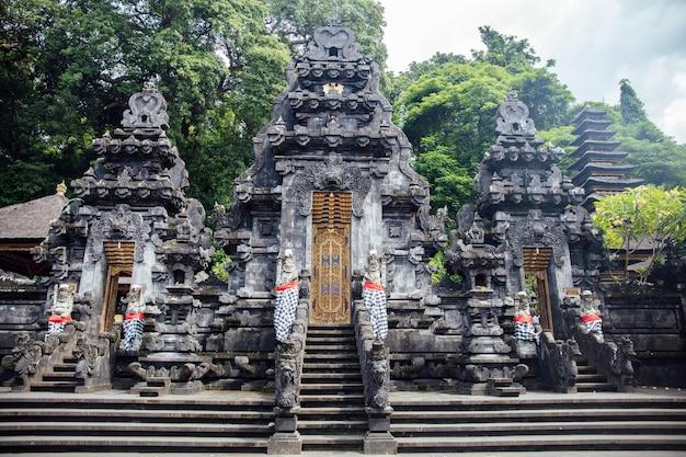 Detail vom balinesischen hindischen tempel pura goa lawah in indonesien Premium Fotos