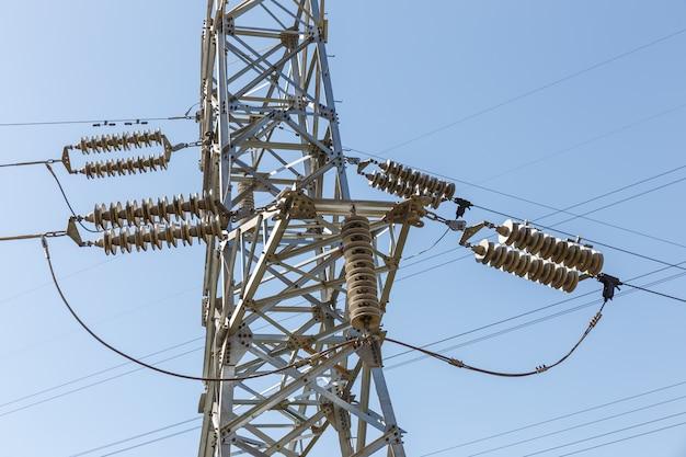 Detail von elektrischen isolatoren von einem hochspannungsmast Premium Fotos