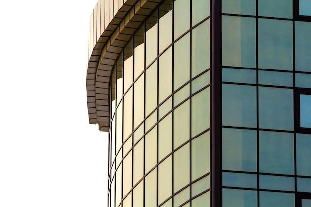 Detailbild des modernen glasgebäudes mit vielen fenstern Premium Fotos