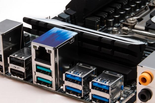 Detaillierte usb-, audio- und netzwerkausgänge in einem modernen schwarzen motherboard für pc- oder server-computer Premium Fotos