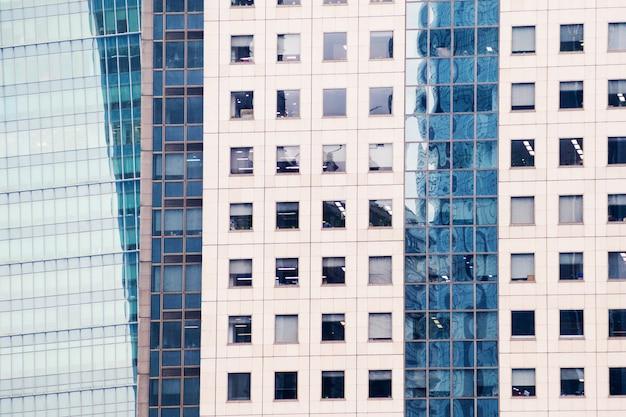 Details der fassade eines modernen wolkenkratzers hergestellt von der glas- und stahlnahaufnahme. Premium Fotos