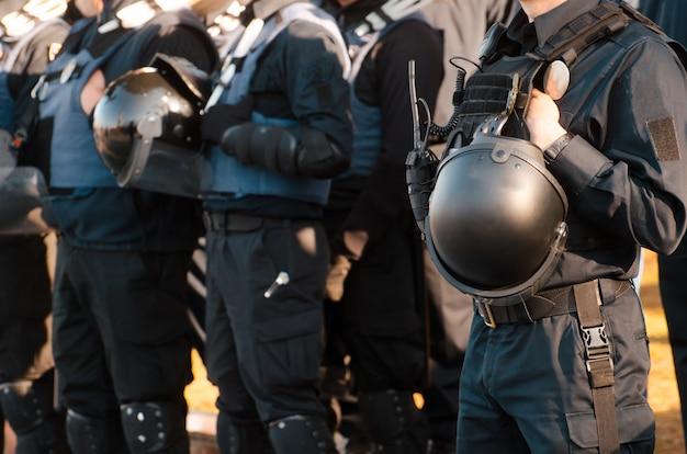 Details der sicherheitsausrüstung eines polizeibeamten. Premium Fotos