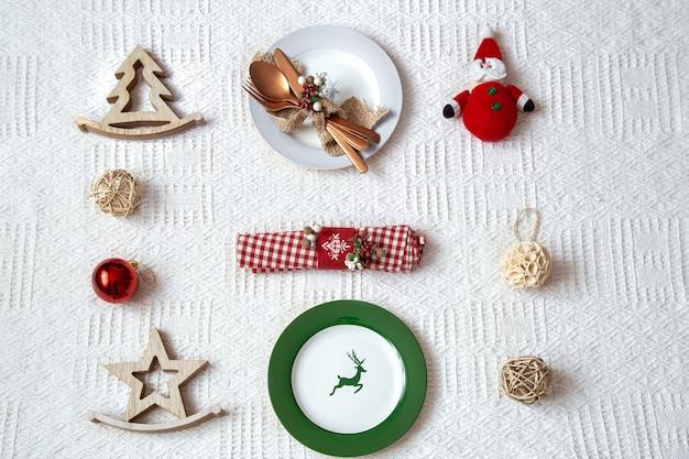 Details für weihnachtstabelleneinstellung auf weißem hintergrund schließen. Kostenlose Fotos