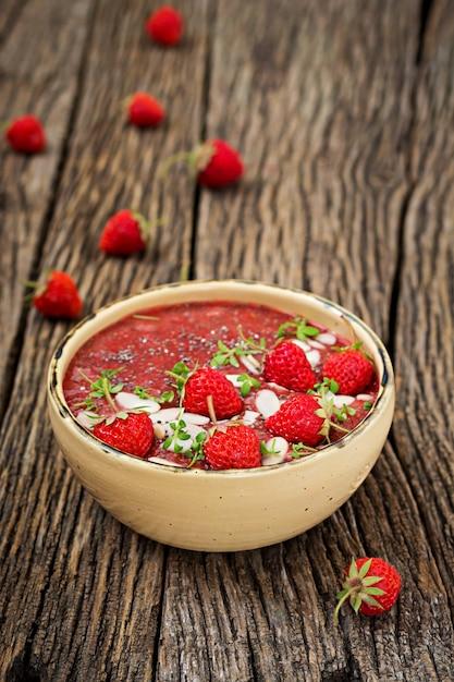 Detox und gesundes superfoods frühstück in der schüssel. veganer chiasamenpudding mit erdbeeren und mandel. erdbeer-smoothie. Kostenlose Fotos