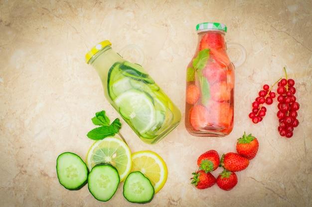 Detoxfrucht hineingegossenes wasser, selbst gemachtes cocktail des auffrischungssommers Premium Fotos